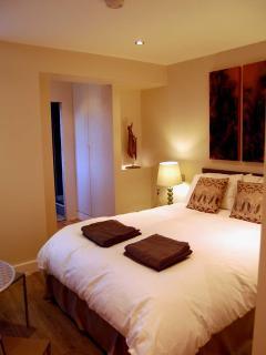 Bedroom (bed size Width 160cm x length 200cm/5 foot 3 width x 6 foot 6 length)