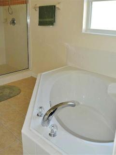 Queen Bedroom Ensuite with cozy corner bath