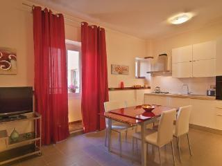 Close to the Colosseum Spacious 3 bd apartment