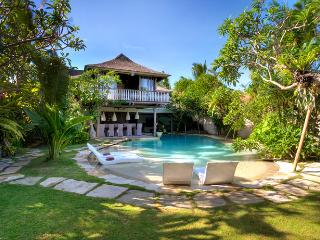 Relaxed Luxury - 5 bedrooms... perfect location, Seminyak