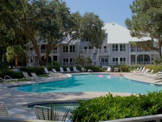 PORT ROYAL: Golf Included!  Walk to Beach!, Hilton Head