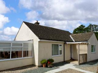 SWALEVIEW COTTAGE, family cottage, with summer room and spacious garden near Ric