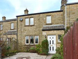 KNIGHT'S COTTAGE, woodburning stove, family cottage, pet welcome in Settle, Ref: