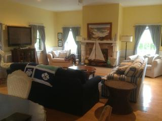 MidIsland Home, Convenient Location, 4 BR - 4.5 BA, Nantucket