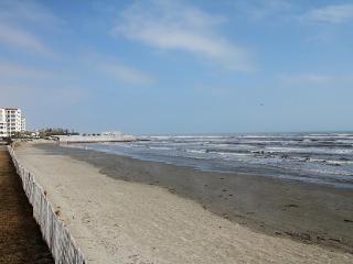 Beachfront Seascape 2BR 2BA Sleeps 8 NEW LISTING!!, Galveston