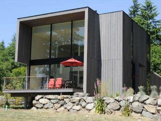 Nami-an - a Sleek Contemporary on Doe Bay Waterfront, Southern Views, Beach!
