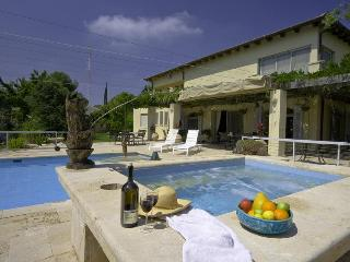 6 bedrooms, living and family room, 2000 sqm garden, 100 sqm pool, jacuzzi ...