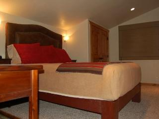 Extremely comfortable Queen Bed with pillowtop mattress and luxury linens