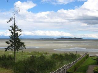 Deluxe Rathtrevor Beachfront Vacation Home, Parksville