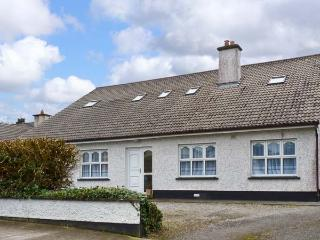 KILTARTAN HOUSE, ground floor apartment, sleeping five people, two en-suite bedrooms, with shared garden, in Ballina, Ref 11677