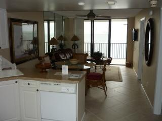 Trendy Tommy Bahama Theme Beachfront Condo, Isla Marco