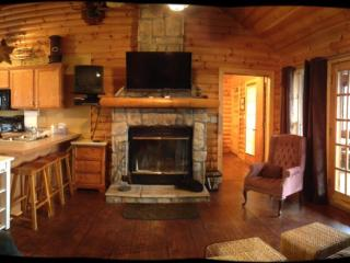Rustic Log Cabin,Secluded,2 Jacuzzi,WiFi 1mile SDC, Branson