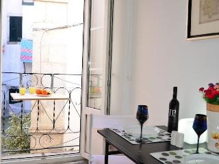 ALFAMA II, historic penthouse & french balcony, Lisbonne