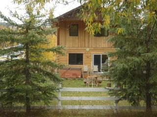 Kicking Horse Kabins - Bespoke log home with private hot tub