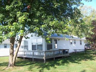 Comfortable Newly Remodeled Lakefront Cottage, Onekama