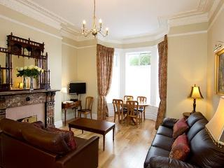 Luxurious Victorian Apt slp 6, just 10 min to city, wonderful location