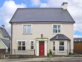 12 THE LAWN well presented, family friendly with open fire in Castletownshend, County Cork Ref 11863, Castletownbere