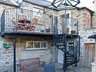 COQUET RETREAT, en-suite, spa bath, balcony, courtyard, in the heart of Rothbury