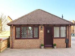 DOLLY, studio accommodation, wet room, pretty village of Meppershall, Ref 13596
