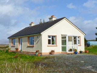 ROUNDSTONE BAY VIEW, family friendly, with a garden in Roundstone, County Galway
