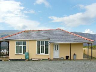 SEA CREST, family accommodation, with three bedrooms, garden, within walking distance to a sandy beach, in Fairbourne, Ref 8598