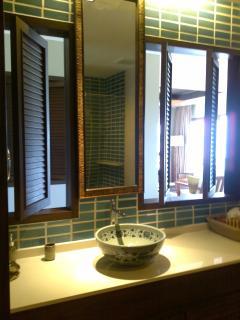 main bathroom - Salle de bain chambre principale