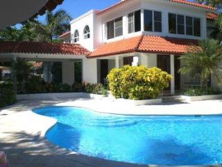 Affortable luxury Villa in town walled and private, Sosua