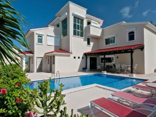 Villa Dolphin Beachside Villa 4 bedrooms, Playa Paraiso