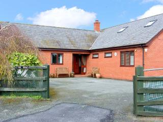 THE HEM, first floor apartment, with king-size bedroom, and open plan living area, in Alberbury, Ref 7952, Shropshire