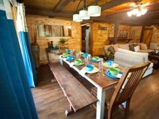 Arbor Breeze Lodge-sleeps 24 (no futons!)