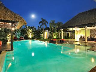 BEST LOCATION next SEMINYAK SQUARE 2min walk to beach 4BR VILLA DE LA VIE 10pax
