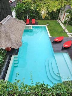 Η Γιγαντιαία 16x5m πισίνα.