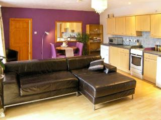 BAMBOO PLACE, ground floor accommodation, king-size bed, central location in Blaenau Ffestiniog, Ref 15203