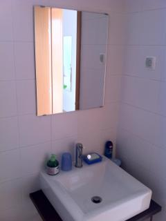 Bathroom washbasin/mirror