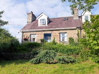BRYNABER, cottage with open fire, original quarry tile floor, large deck with furniture in Aberbanc, Ref 15932