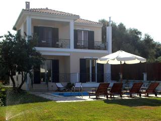 """Mediterraneo Home"" villa with pool by the sea, Nikiana"