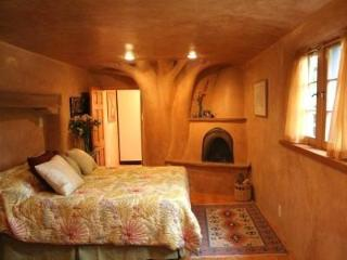 Elegant Adobe Casita- Walk to Plaza, Art District!