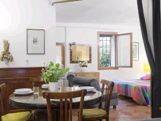 A spacious and quiet studio apartment a stone's throw from Campo San Giacomo dell'Orio, Venice