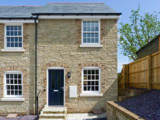 4 THE OLD POST OFFICE MEWS, quality mews cottage, WiFi, enclosed patio, close