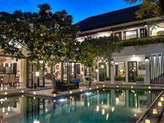 VILLA SENANG - CENTRALLY LOCATED 4 BEDS, 24hr SEC, Seminyak