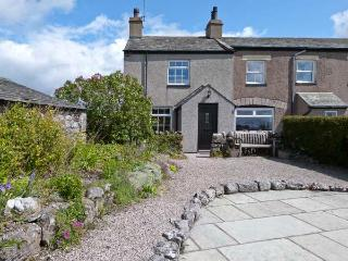 PYE HALL COTTAGE, spacious accommodation, attractive garden, close to walks