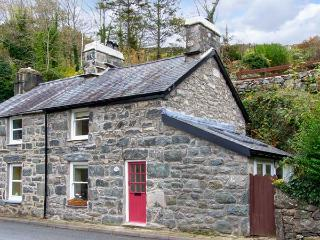 DELFOD, romantic retreat, with king-size double bed, woodburning stove, and garden, in Harlech, Ref 14342