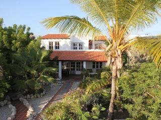 Seafront villa with tropical garden 2-10 persons.