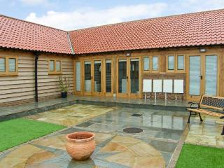 5B HIDEWAYS, single storey cottage near beach, character beams, courtyard, in Hunstanton, Ref 8744