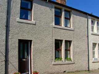 SUNNIE COTTAGE, family accommodation, with three bedrooms, two bathrooms, in town centre location, in Seahouses, Ref 9193