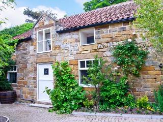 ST HILDA'S COTTAGE, luxury cottage, private hot tub, a mile from the coast in Hi