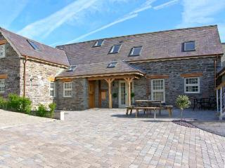 YSGUBOR UCHAF, quality farm cottage, en-suite, Jacuzzi bath, private patio, pet welcome, near Newcastle Emlyn, Ref 16895