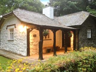 UPPER LODGE, single storey cottage, open fire, woodburning stove, woodland garde