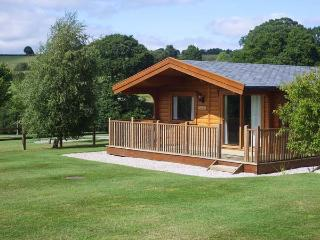 FAIRWAY LODGE, log cabin overlooking golf course, use of beauty suite, in Tedburn St Mary, Ref 15175, Exeter