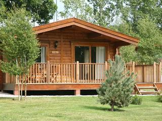 FAIRWAY LODGE, log cabin overlooking golf course, use of beauty suite, in Tedbur